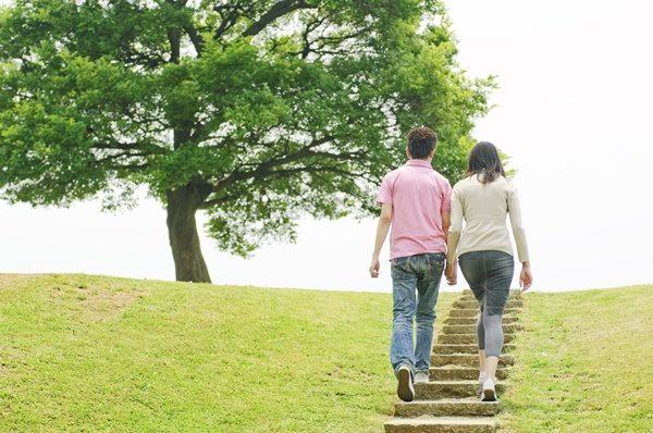 公園の階段を上るカップルの後姿
