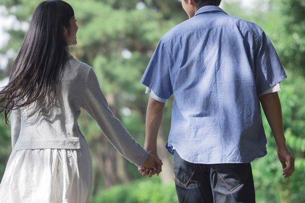 道を歩くカップル 手をつなぐ
