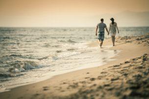 海辺 手をつなぐ