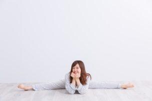 ストレッチをするパジャマの女性