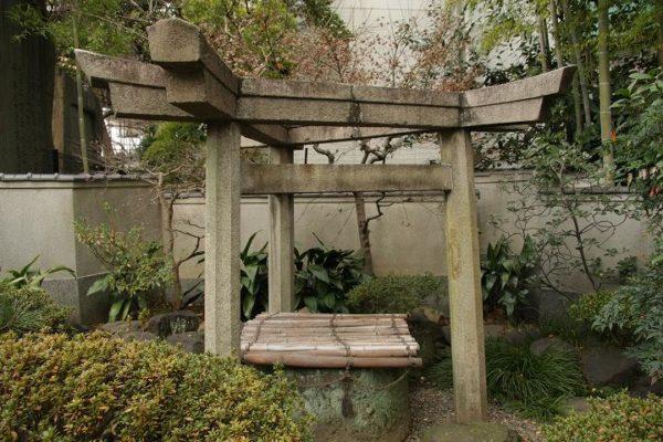 三囲神社(みめぐりじんじゃ)『三つ鳥居』