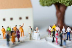 大勢の人に祝福されながら結婚式を挙げる二人 40代女性 婚活