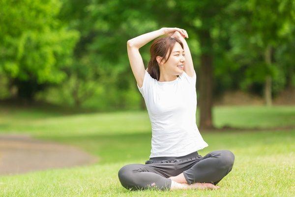 ヨガをする女性 適度な運動