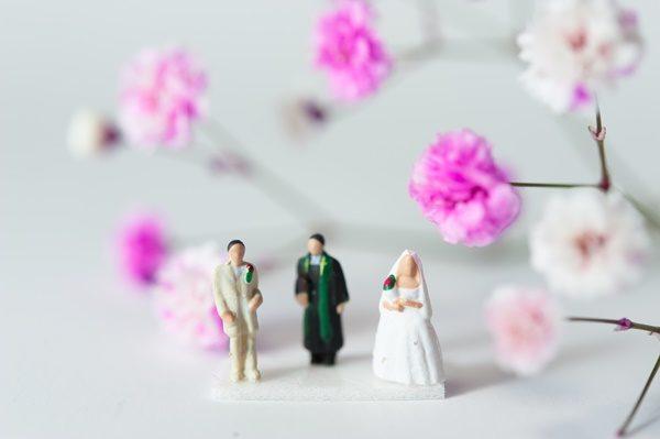 結婚式をする男女のミニチュア 40代女性 婚活