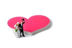 ピンクのハートマークと新婚夫婦 40代女性 婚活