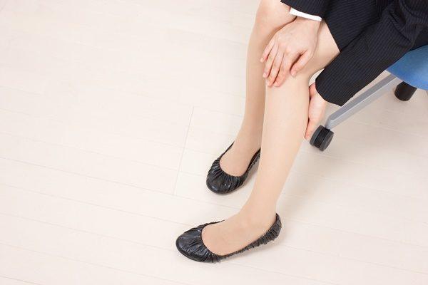 足を揉む女性 ふくらはぎ むくみ
