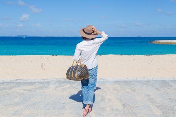 沖縄旅行をする女性 ひとり旅
