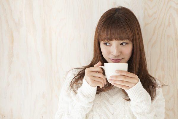 温かいお茶を飲む女性