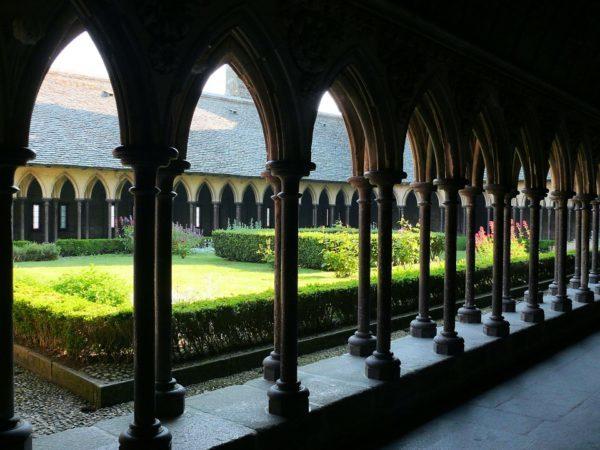 花壇を囲んで並ぶゴシック様式の回廊