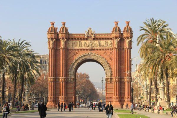 シウタデラ公園へ続く赤いレンガの凱旋門