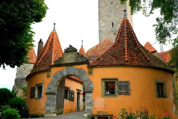 14世紀に建てられたレーダー門をくぐれば、そこはおとぎの国。