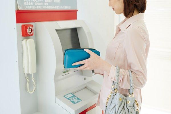 ATMを使う女性 ルール 節約