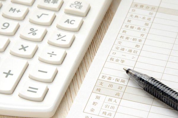 家計簿と電卓とボールペン 節約 貯金 ハッピー