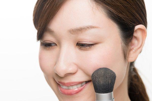 化粧をする女性、ファンデーション、ブラシ