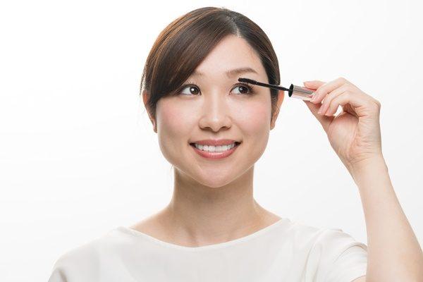 化粧をする女性、まつ毛、マスカラ