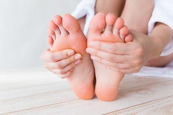 足裏を触る女性